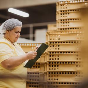 Expedientka Barbora vše kontroluje, než se zboží vydá na cestu k zákazníkům.